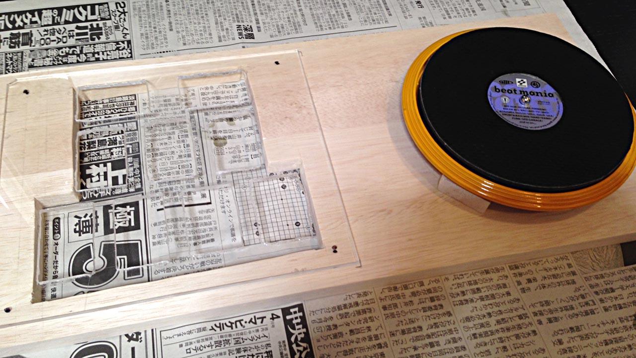 アクリル板と皿と木材